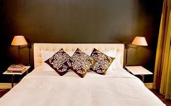 Bedroom Elegant Luxury Suite pillow scene bed sheet lamp cottage night