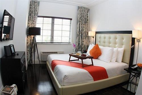 Bedroom Elegant Luxury Suite property chair living room condominium cottage lamp