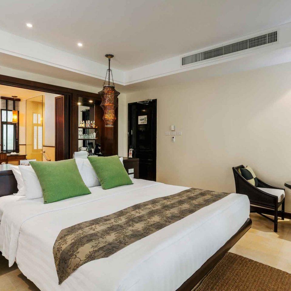 Bedroom Family Modern Resort property Suite living room hardwood Villa cottage condominium pillow