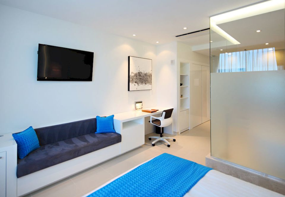 Family property Suite condominium living room Bedroom Modern