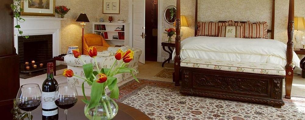 Bedroom Fireplace Inn Modern property home living room cottage Suite