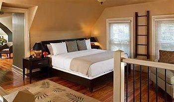 Bedroom Inn property Fireplace Suite cottage hardwood living room Villa