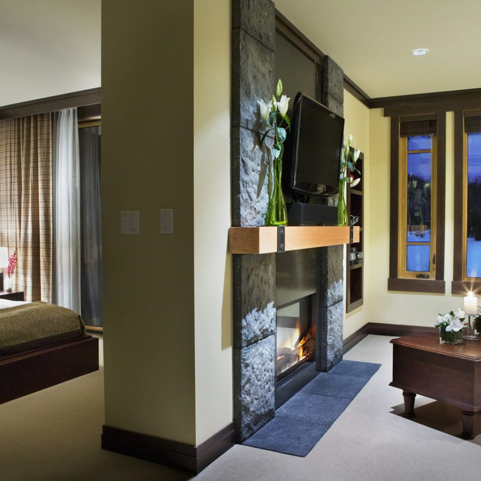Bedroom Fireplace Lodge Luxury Mountains Romantic Scenic views Suite property condominium home living room Lobby Villa