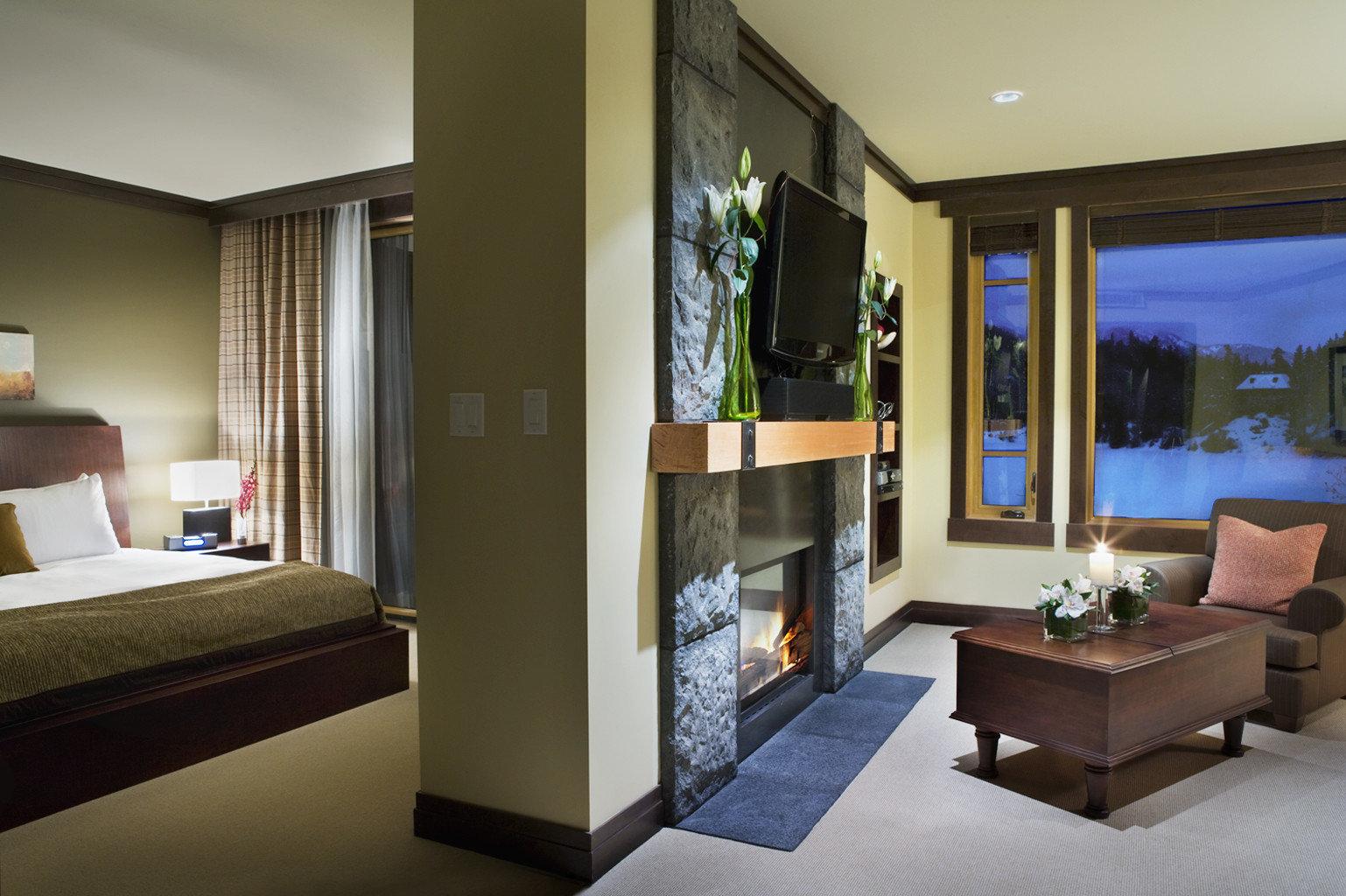 Bedroom Fireplace Lodge Luxury Mountains Romantic Scenic views Suite property condominium home living room Lobby Villa
