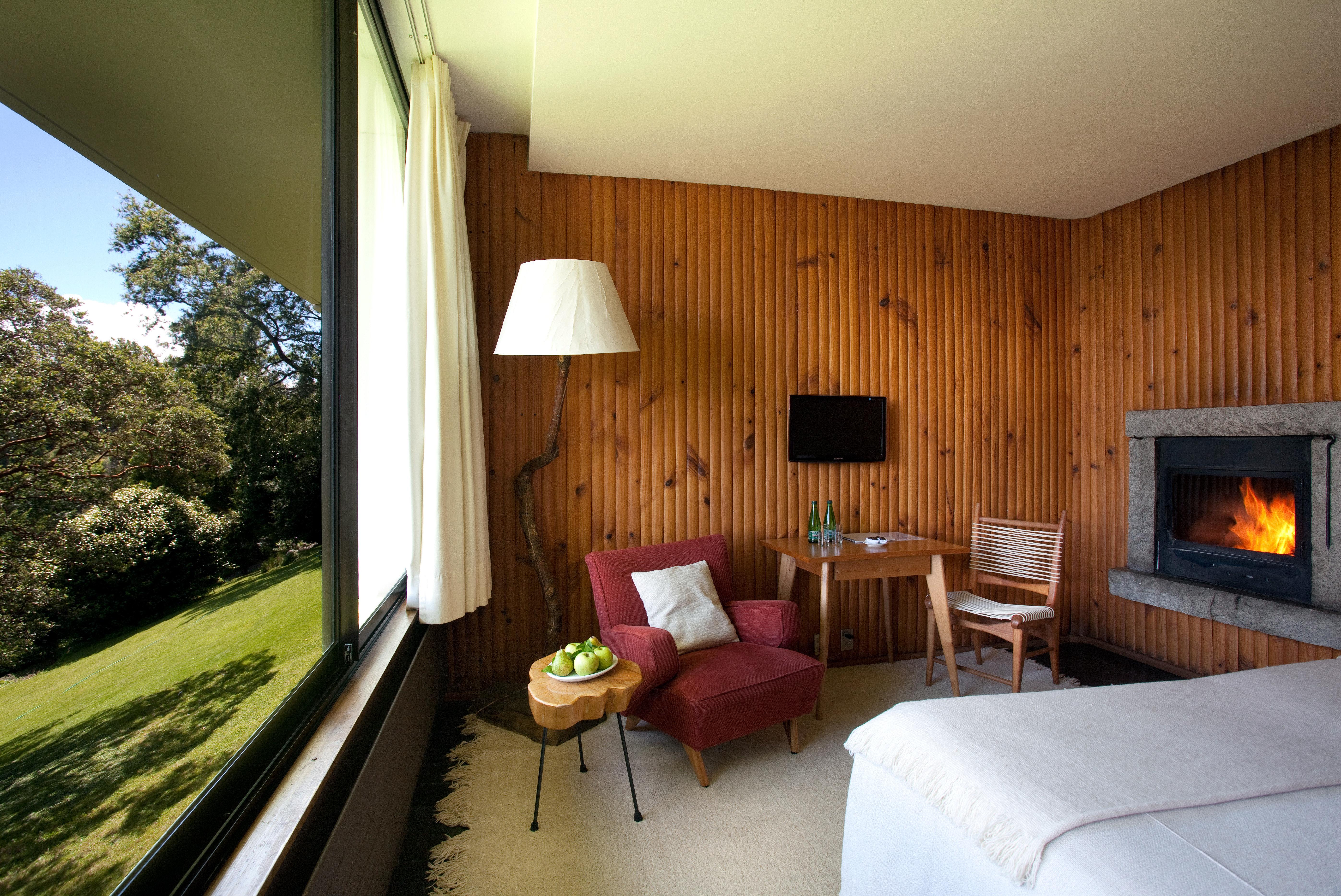 Bedroom Fireplace Luxury Modern Resort Scenic views property house home cottage Villa Suite living room condominium