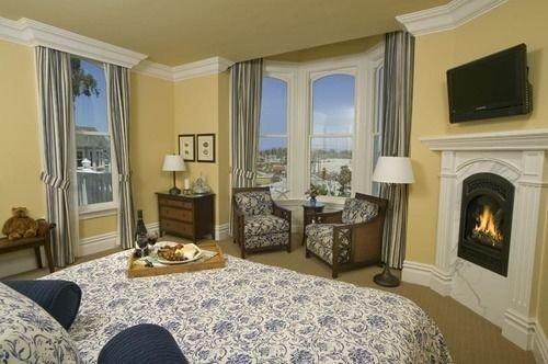 sofa property Bedroom cottage living room home Suite Villa Fireplace mansion rug