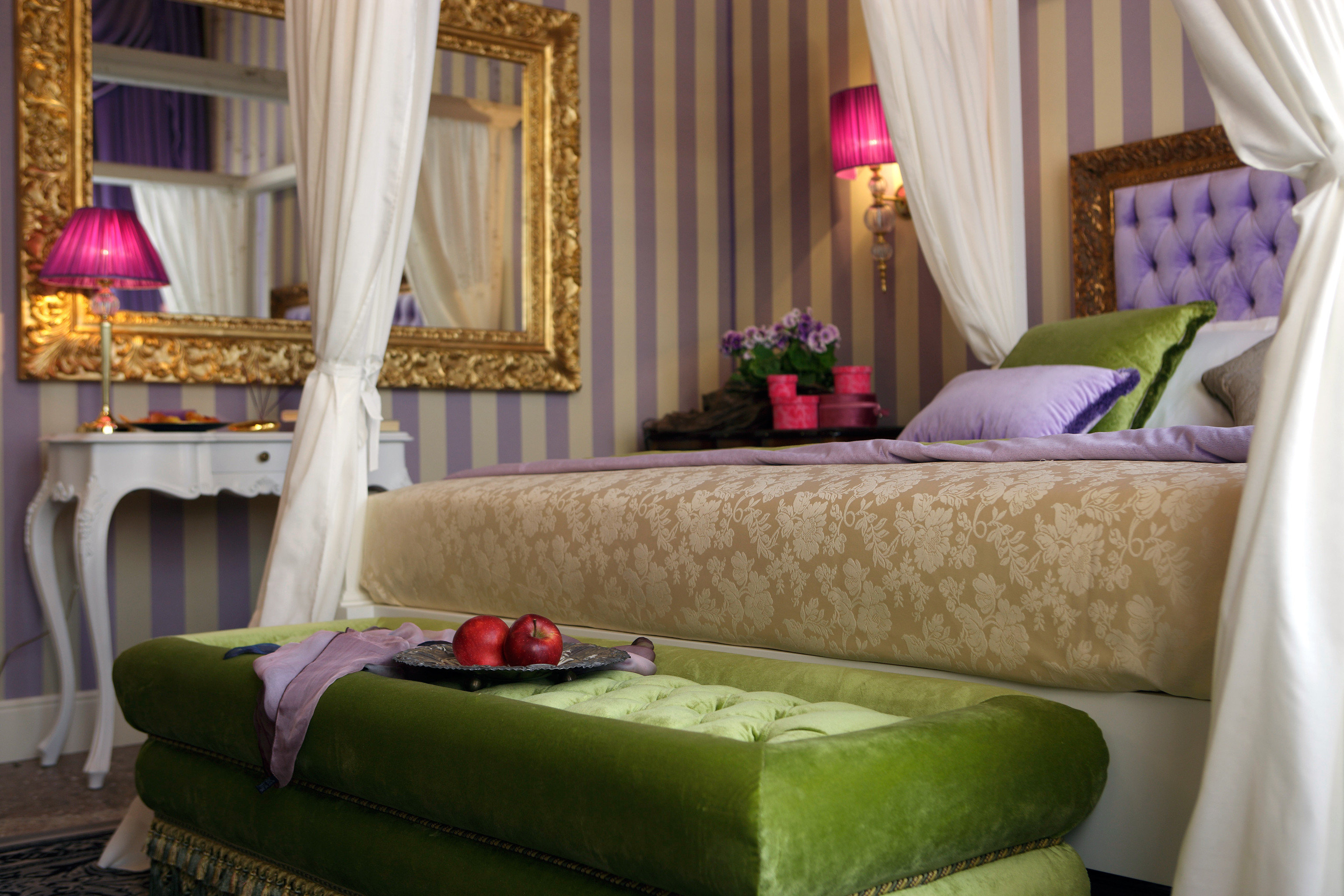 Bedroom Hip Historic Luxury curtain property home Suite living room cottage bed sheet mansion arranged containing