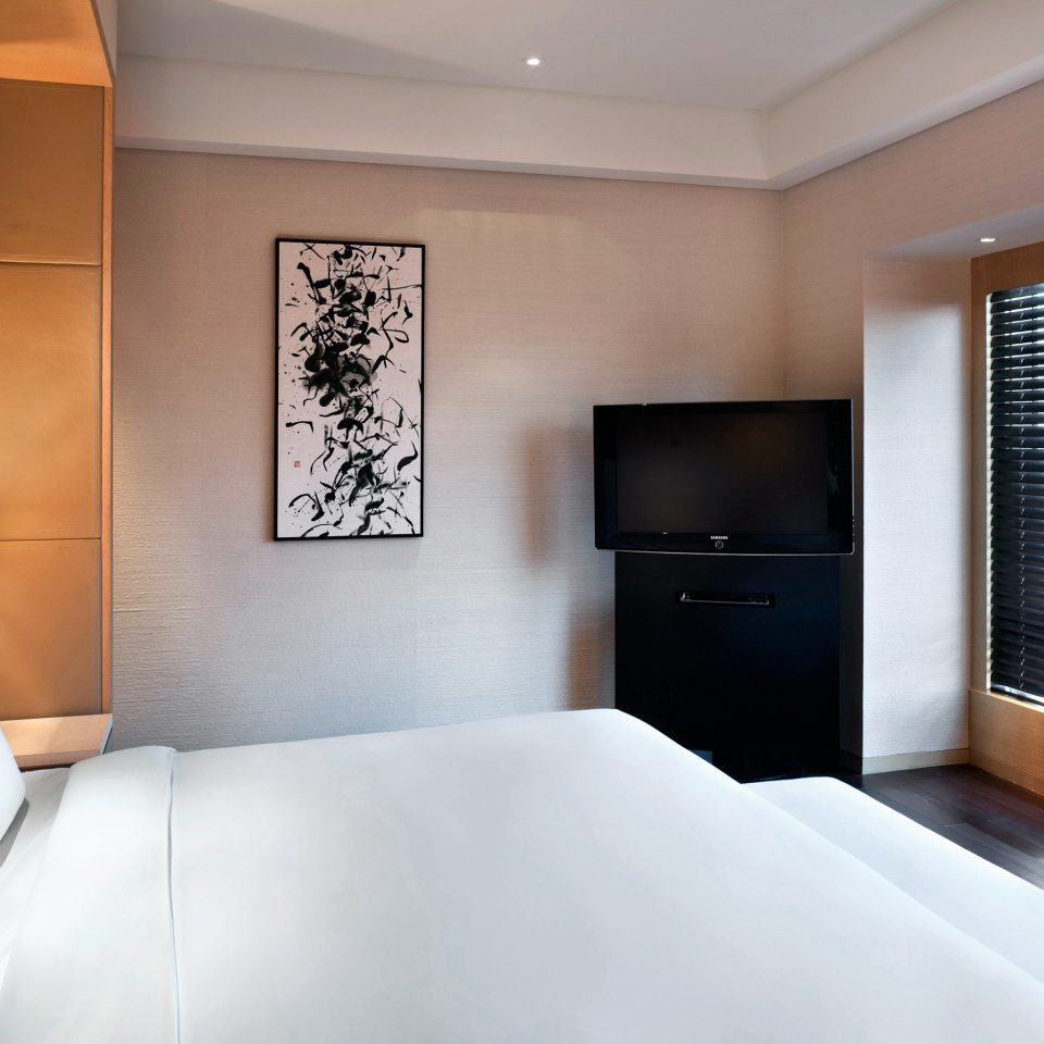 Bedroom Hip Lounge Luxury Modern Scenic views Suite sofa property white condominium pillow living room clean