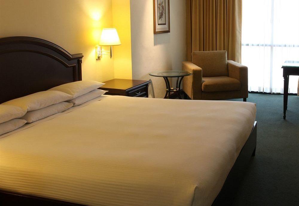 Bedroom Hip Luxury Suite property bed sheet lamp