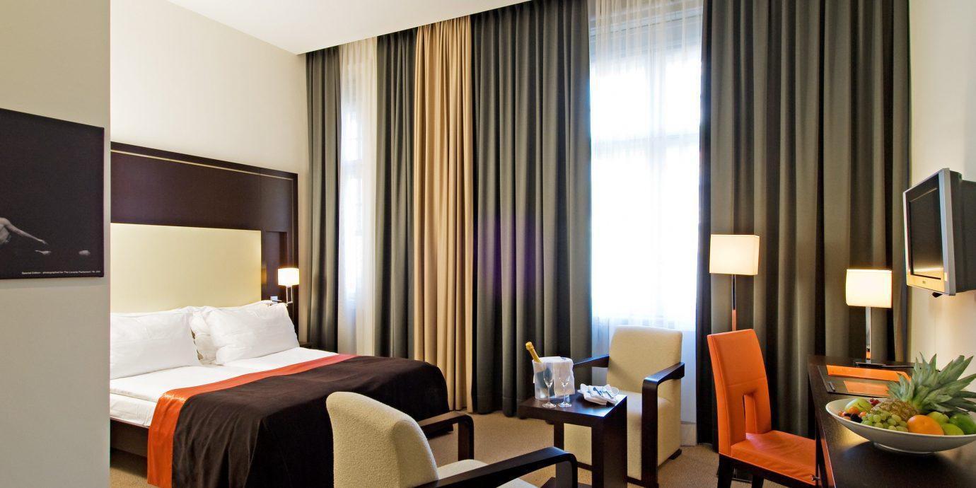 Bedroom Hip Scenic views Suite property curtain condominium living room