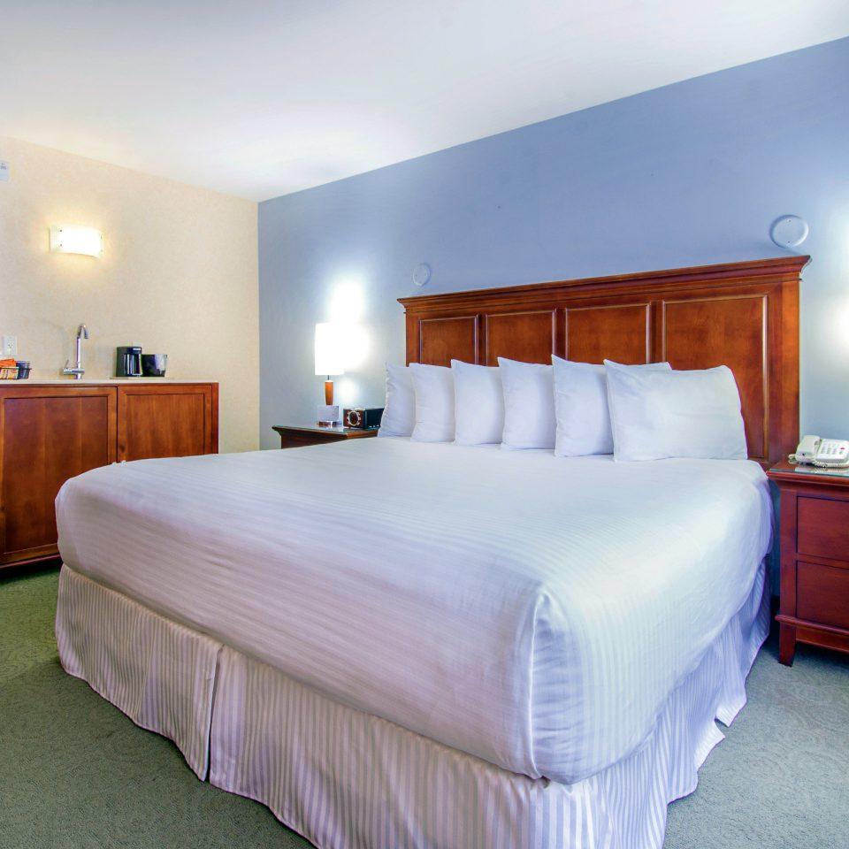 Bedroom Hip Suite property cottage lamp