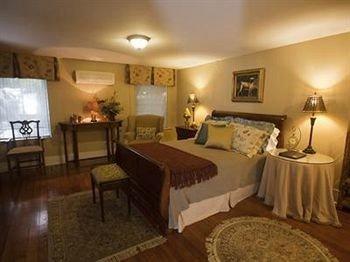 Bedroom Historic Luxury Suite property cottage Villa Resort Inn