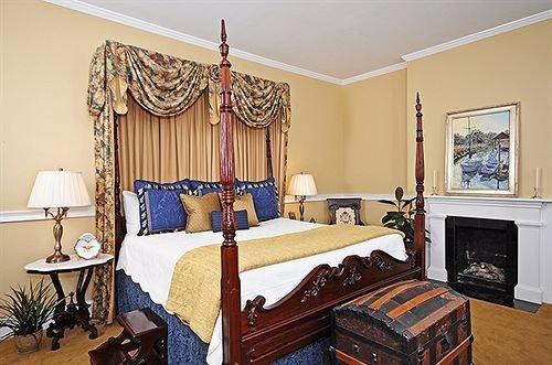Bedroom Historic Inn property living room home Suite cottage hardwood