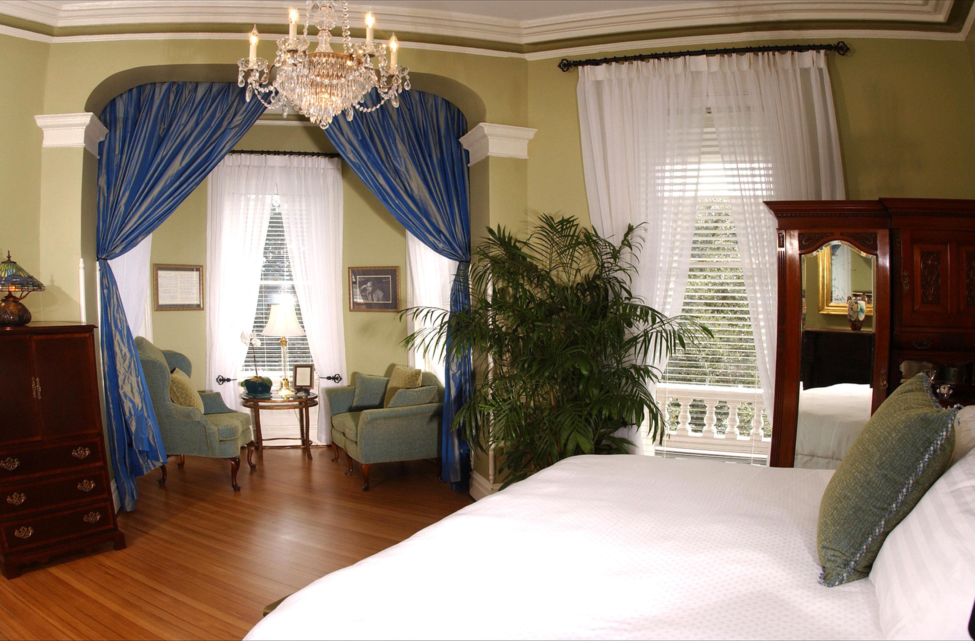 Bedroom Historic Lounge Luxury Suite property house home living room cottage Villa curtain mansion
