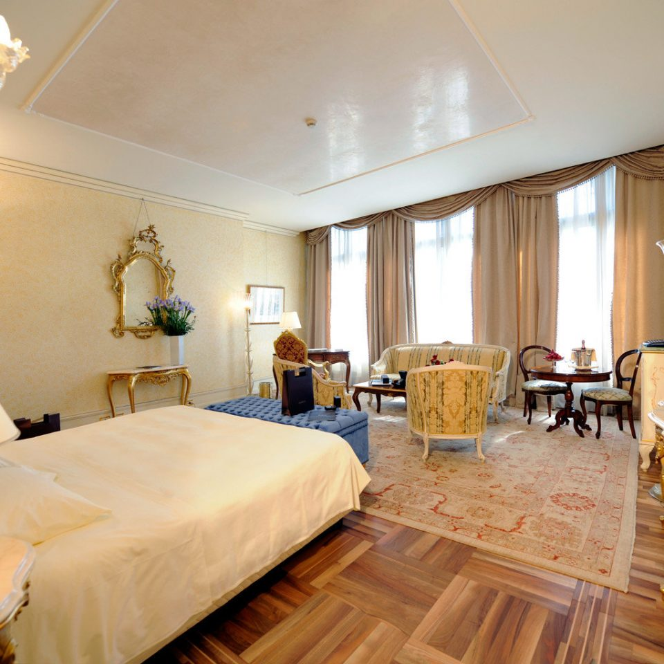 Bedroom Historic Luxury Romance Suite property living room Villa cottage mansion Resort
