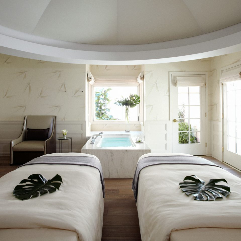 Hot tub/Jacuzzi Luxury Spa Wellness property Bedroom Suite living room