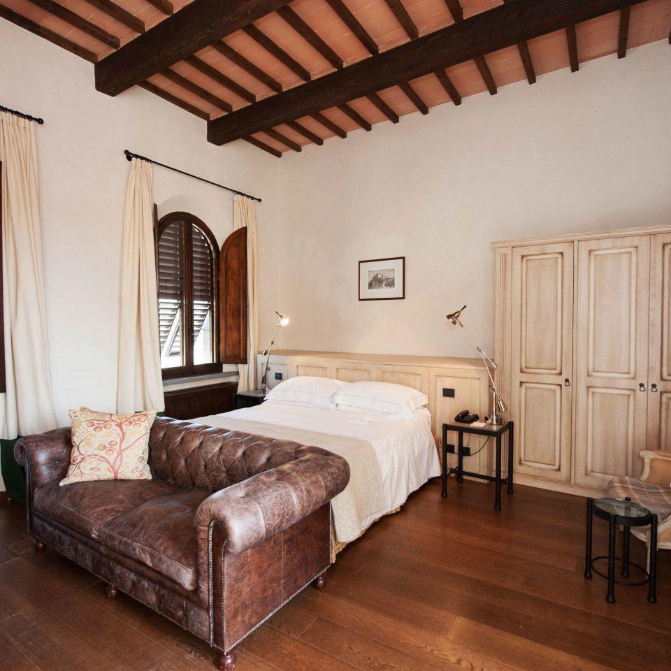 Hotels property Bedroom cottage Suite Villa home hardwood farmhouse living room