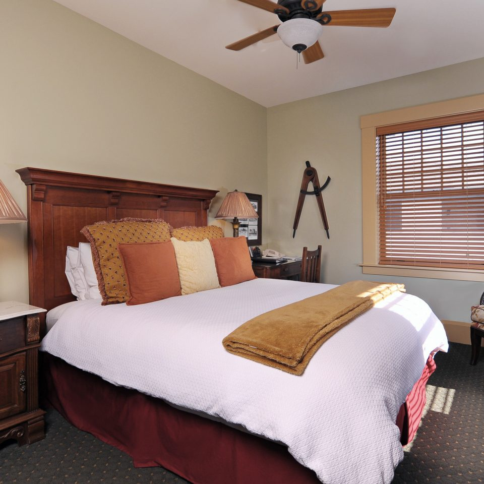 Bedroom Inn Lodge Romantic property cottage home hardwood Suite living room lamp