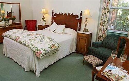 Bedroom Inn property cottage Suite living room bed sheet