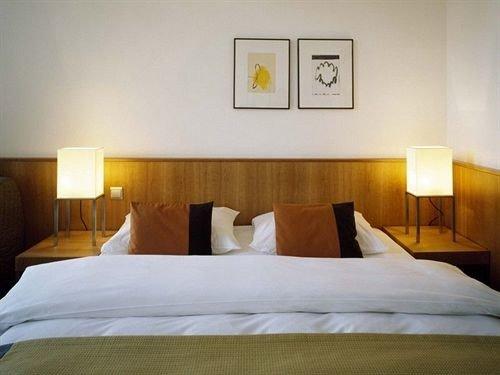 property Bedroom Suite pillow cottage Villa Inn