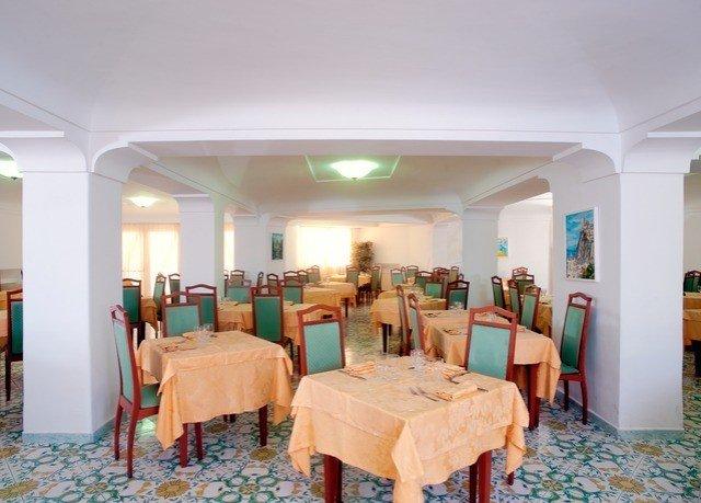 chair property Resort Lobby Villa living room mansion hacienda Suite function hall Bedroom