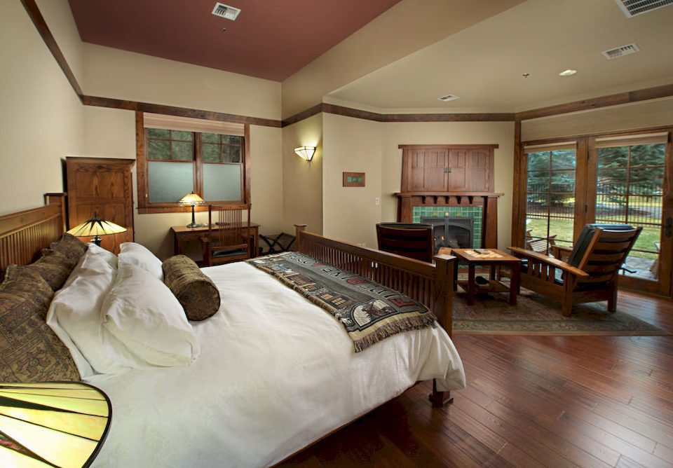 Bedroom Lodge Rustic property Suite hardwood living room home condominium cottage