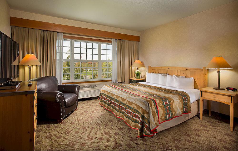 Bedroom Lodge Scenic views property desk Suite living room home cottage hardwood lamp