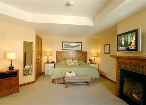 Bedroom Lounge Suite property television living room flat hardwood Villa mansion condominium cottage