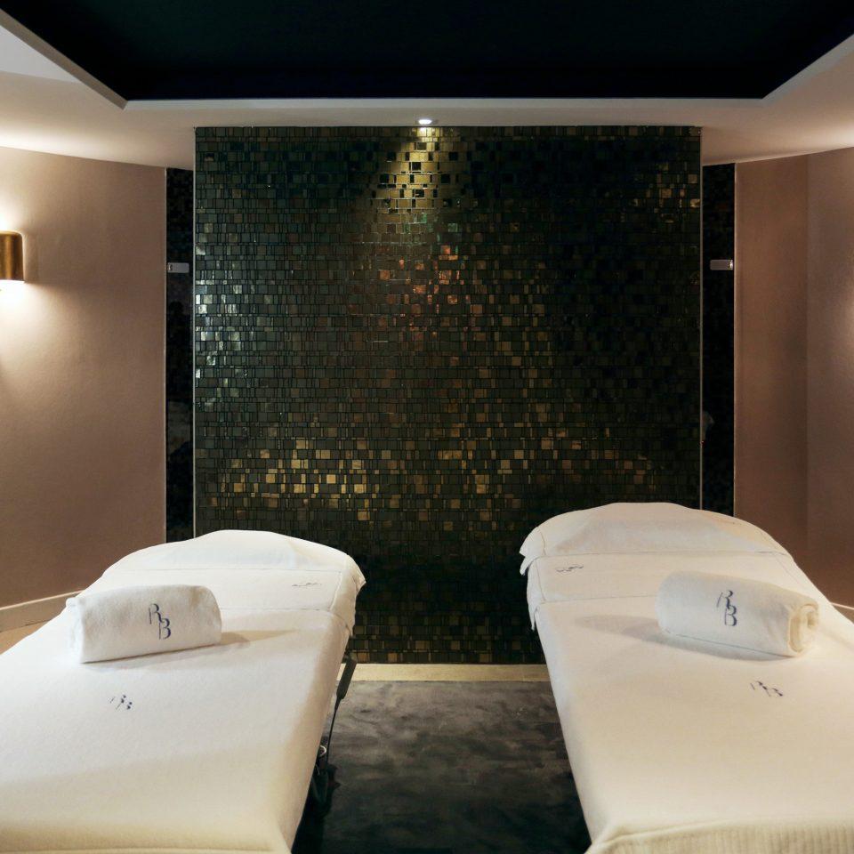 Luxury Resort Spa Wellness swimming pool Suite bathtub lighting plumbing fixture jacuzzi Bedroom Modern light