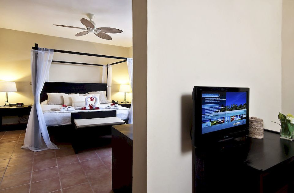 Bedroom Luxury Patio Scenic views Suite Tropical property living room home condominium flat