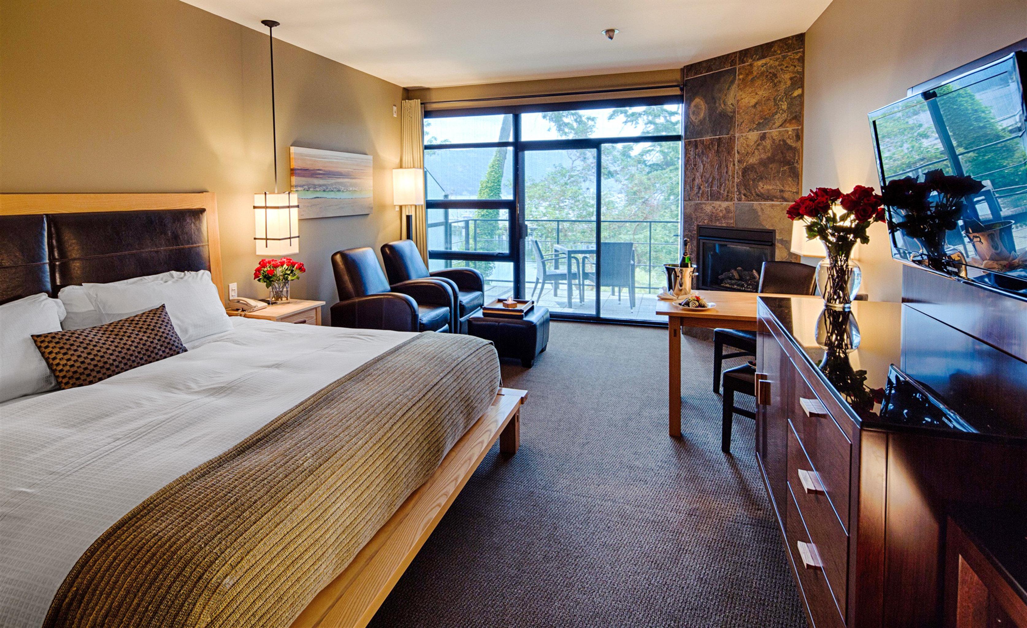 Bedroom Modern Outdoor Activities Outdoors Resort Romantic Scenic views Waterfront property Suite home living room condominium cottage