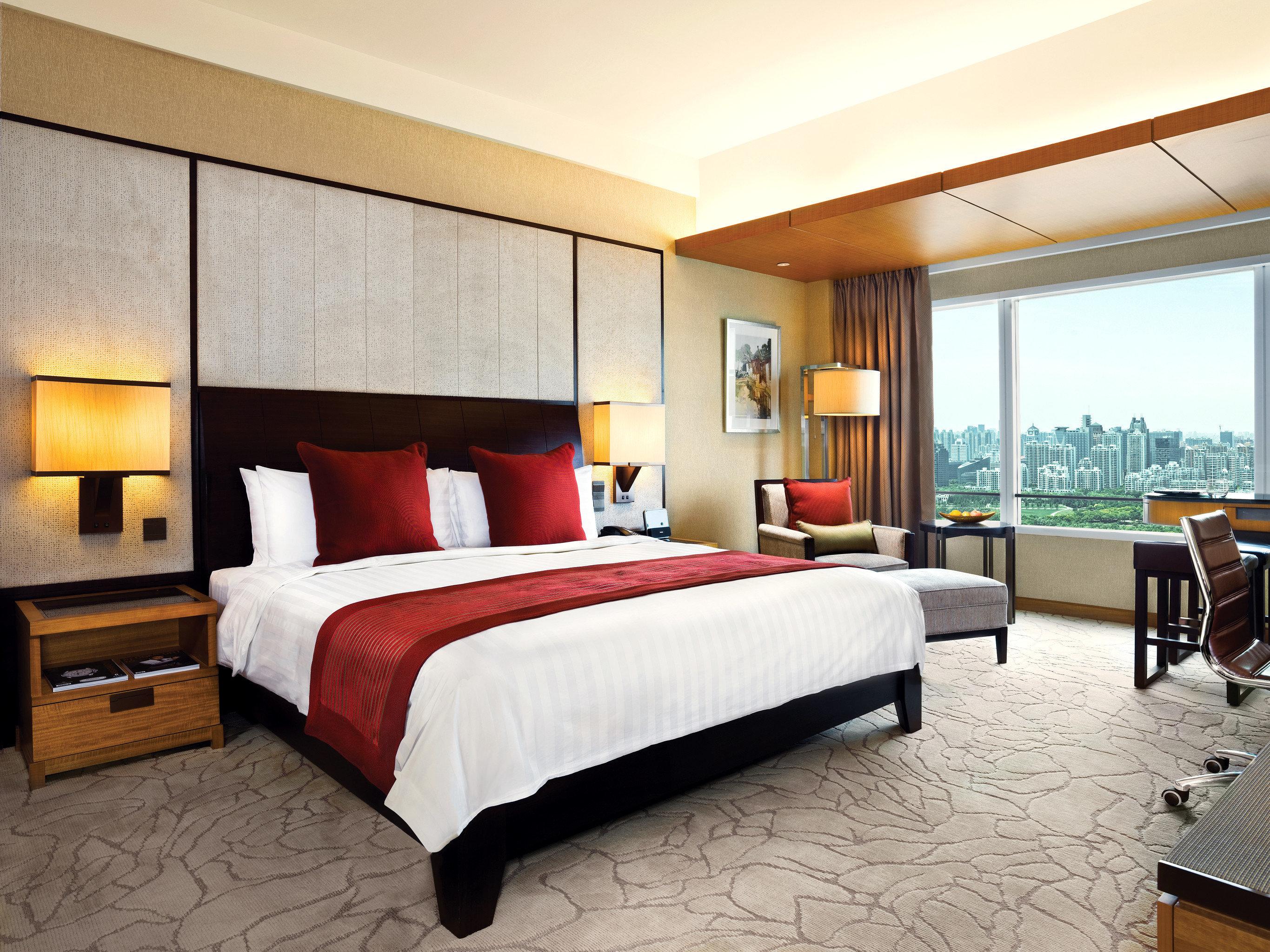 Bedroom Modern Scenic views Suite property hardwood living room condominium bed sheet