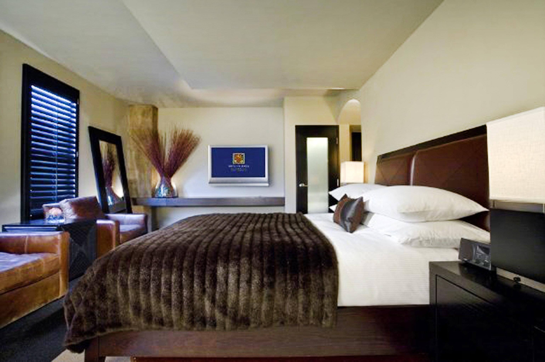 Bedroom Modern property condominium Suite living room home