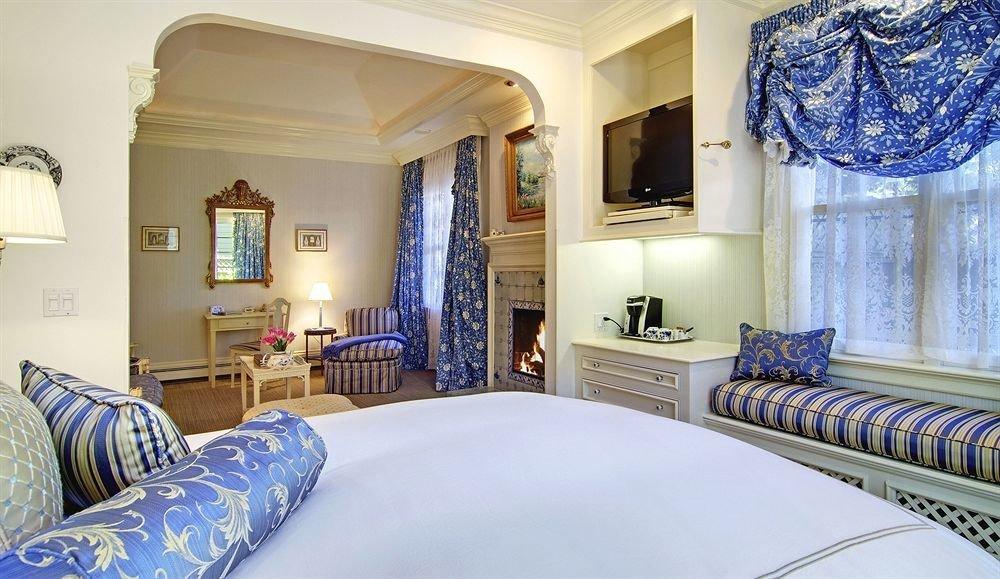 sofa property Bedroom pillow Suite cottage home mansion Villa bed sheet clean Modern