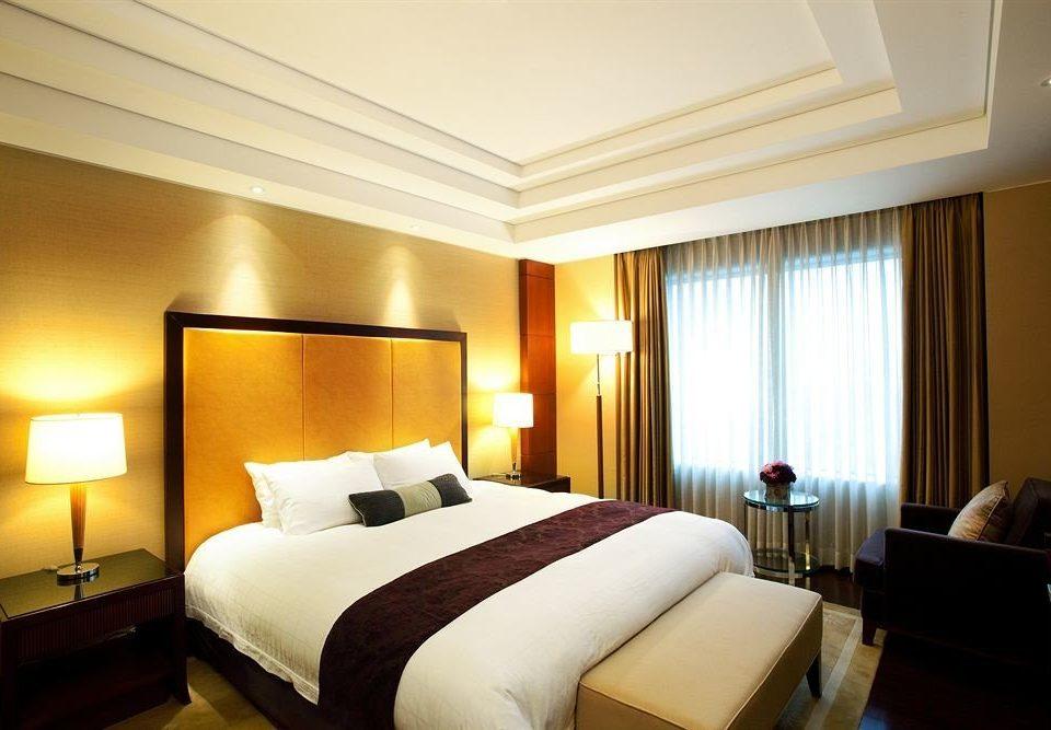 sofa Bedroom property Suite scene condominium Resort flat lamp