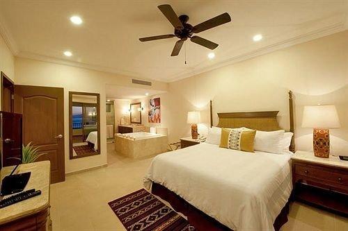 Bedroom Resort property Suite cottage living room