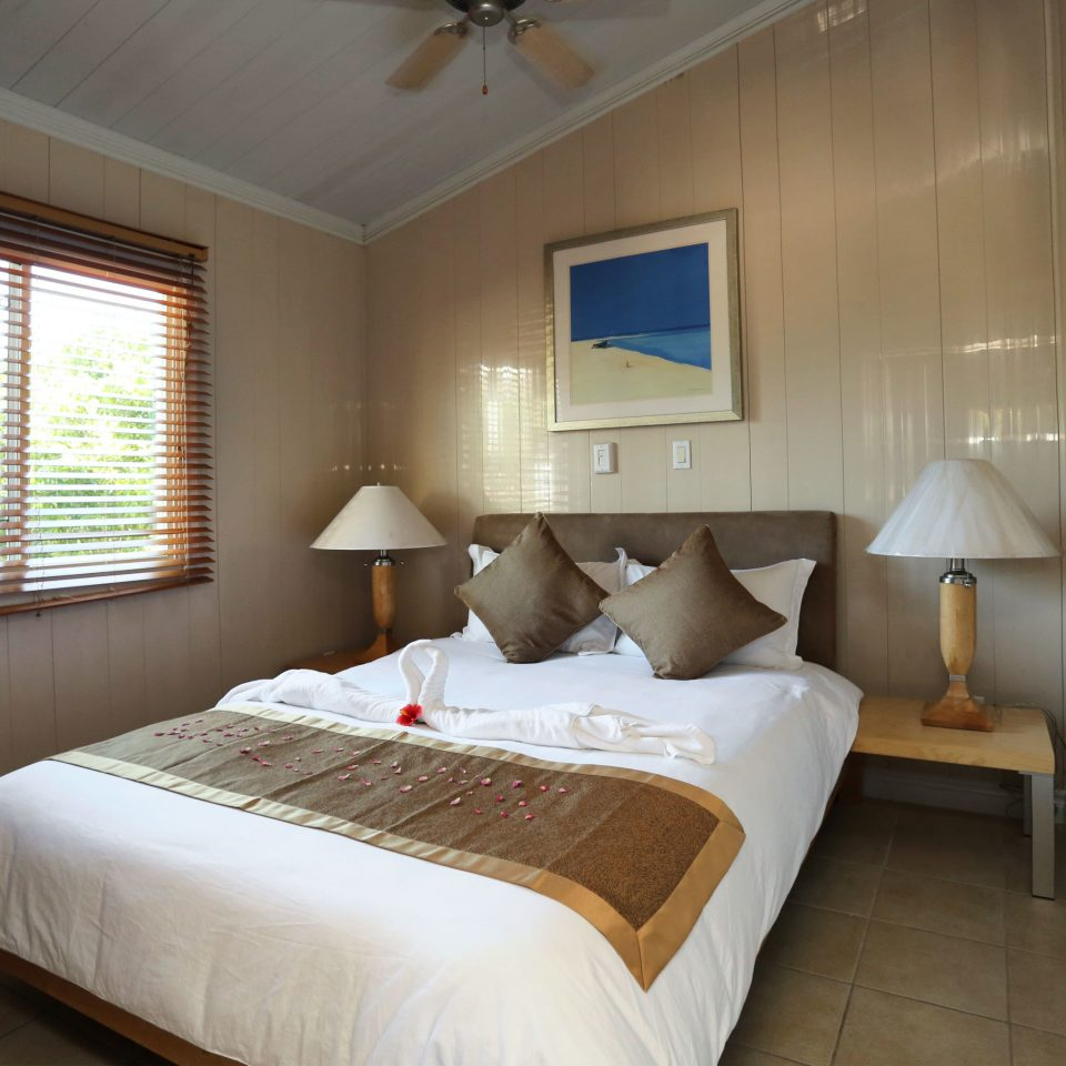 Bedroom Resort property Suite cottage tan