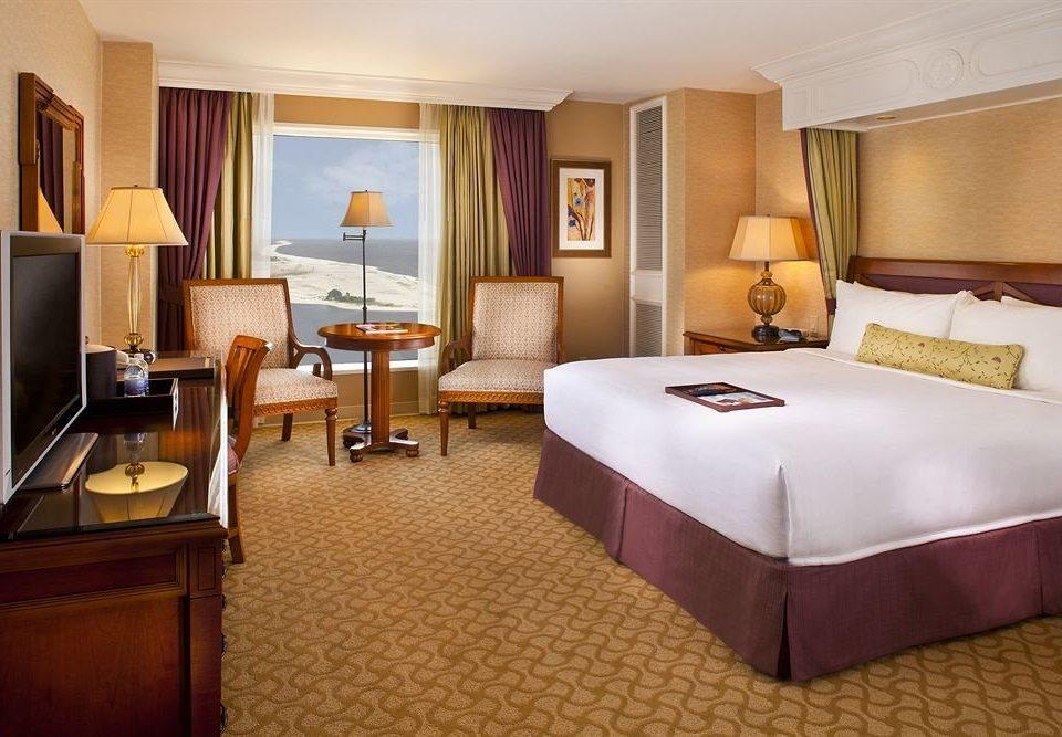 Bedroom Resort property Suite lamp