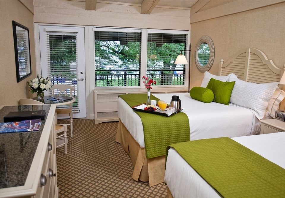 Bedroom Resort property home living room Suite cottage Villa condominium green
