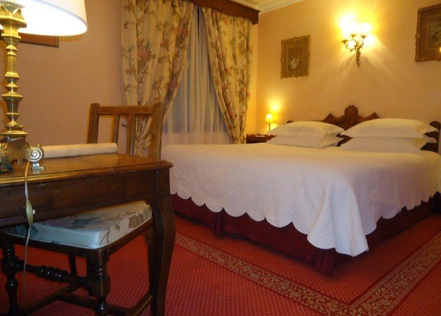 property Bedroom Suite Resort Villa cottage restaurant lamp