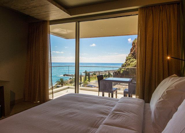 property house Bedroom home Suite Resort Villa cottage condominium overlooking living room