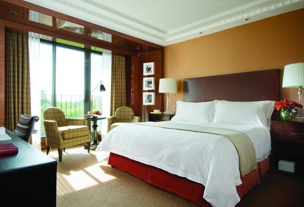 Bedroom property desk Suite Resort cottage Villa condominium lamp