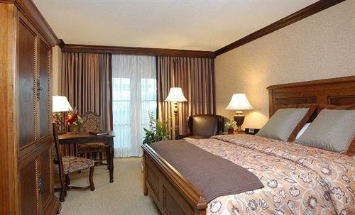 Bedroom sofa property Suite cottage Resort Villa lamp