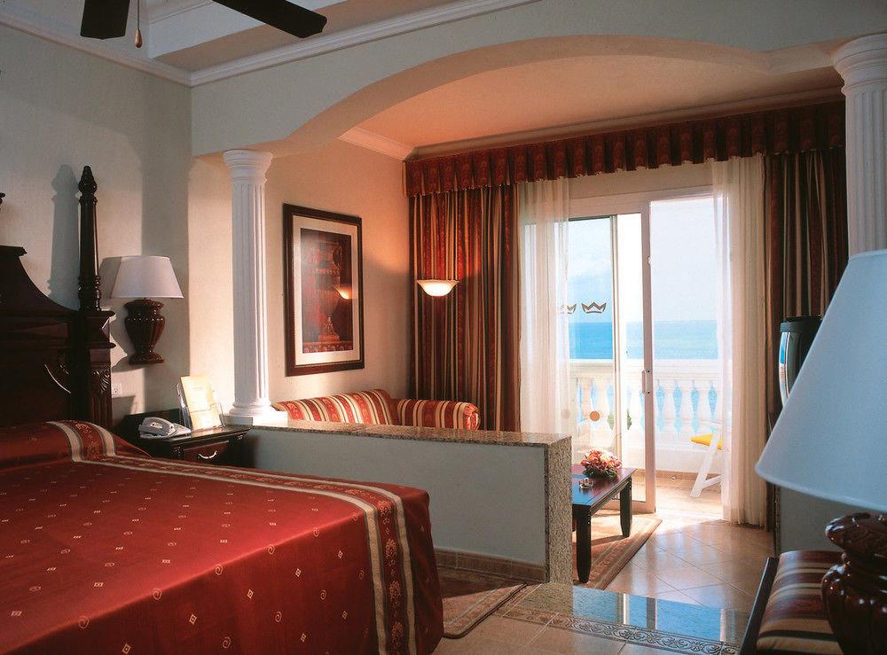property Suite Bedroom red living room Villa home Resort cottage lamp