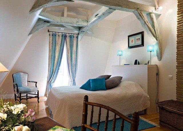 property chair Bedroom cottage Villa Resort home Suite living room