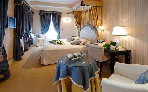 property Suite Bedroom cottage home Resort living room condominium Villa lamp