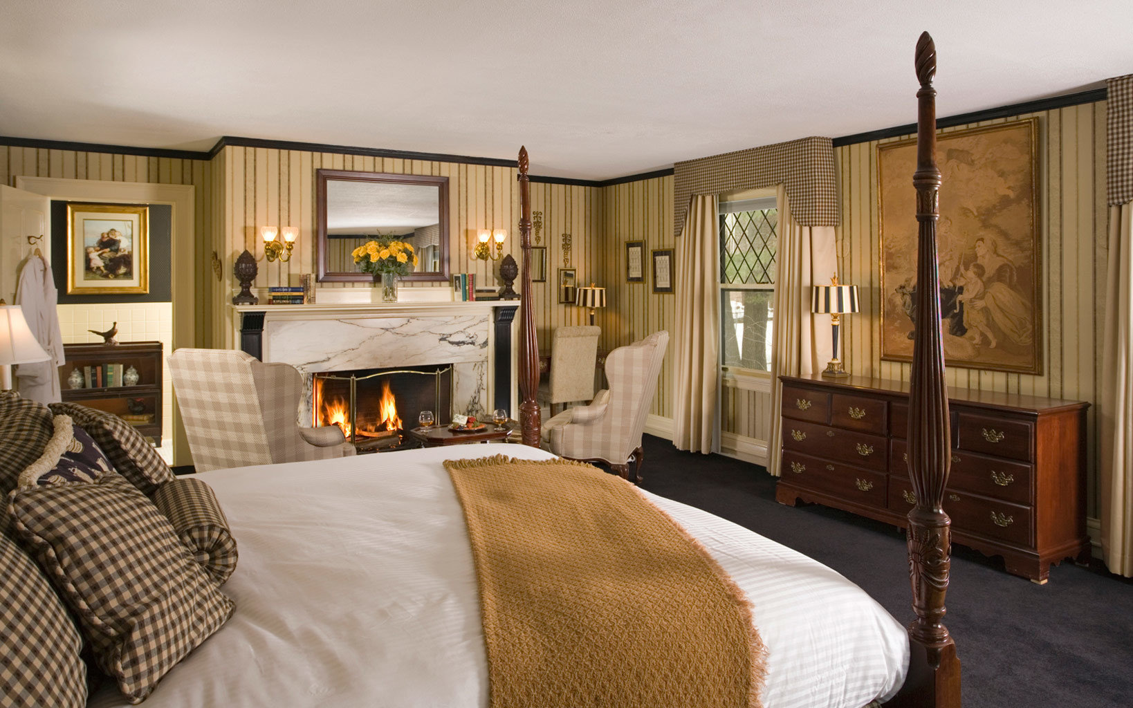 Romance Trip Ideas Weekend Getaways property Bedroom Suite home hardwood cottage living room