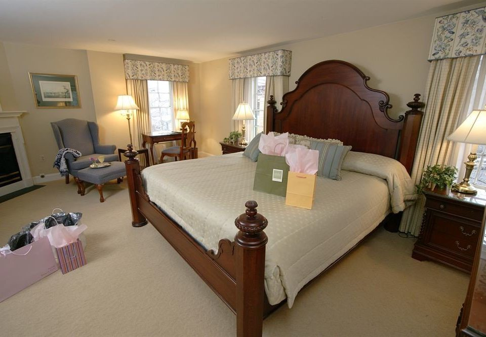 Bedroom Romantic property Suite cottage Villa home living room lamp containing