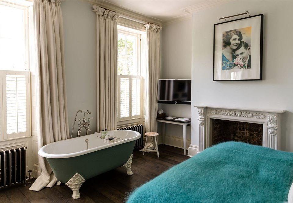 property bathroom home living room Suite cottage flooring tub Bedroom