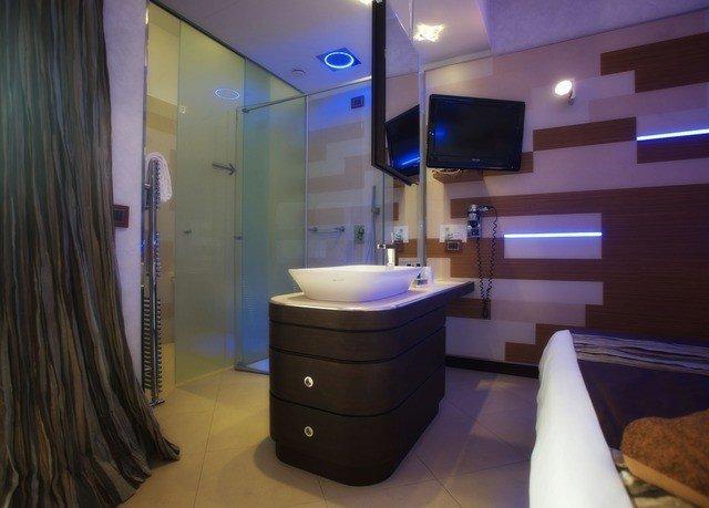 property swimming pool bathroom Suite jacuzzi Bedroom